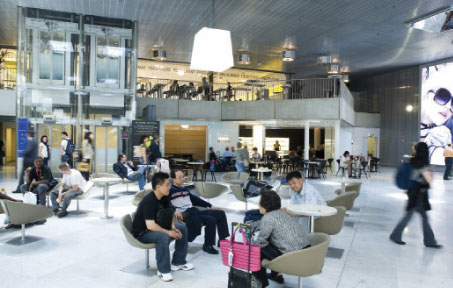 Terminal 2E was designed with three 'living' areas: located at the very ends of the concourse are two islands of lounge chairs; four relaxation areas have been set out in the concourse, two in each wing; and there are also traditional waiting areas with rows of comfortable chairs.